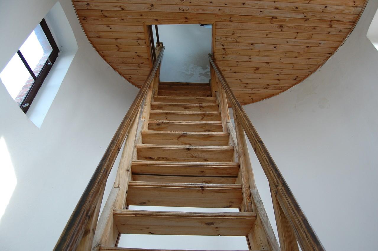 Schody wewnętrzne są niezbędne w domu piętrowym